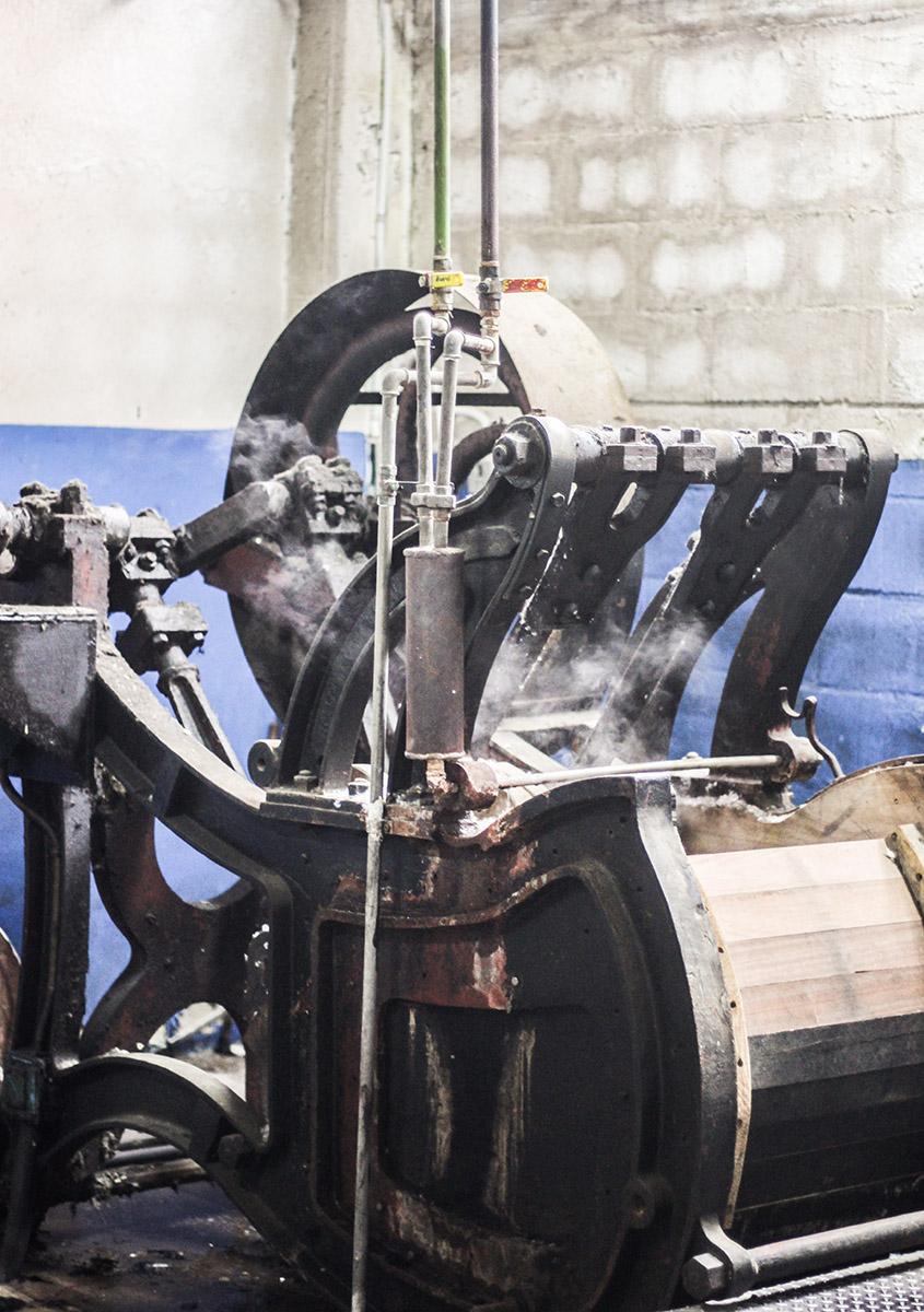 12a0d431c9a4d Cómo se hacen las Boinas Elósegui  Hemos entrado al taller para ...